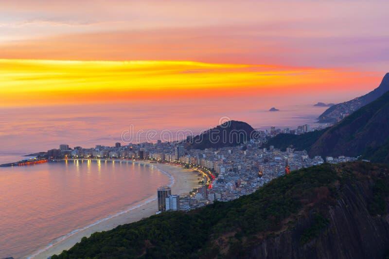 Άποψη ηλιοβασιλέματος της παραλίας Copacabana στο Ρίο ντε Τζανέιρο στοκ φωτογραφίες με δικαίωμα ελεύθερης χρήσης