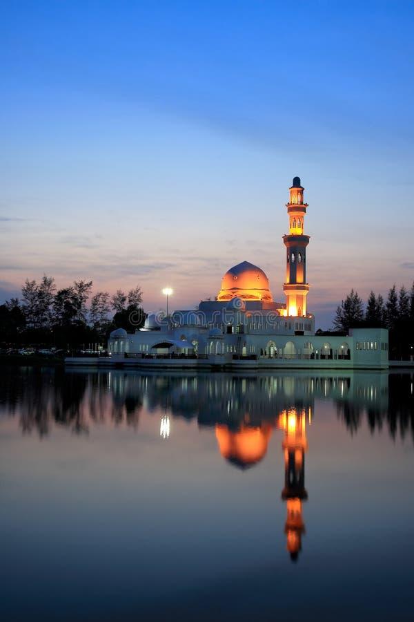 Άποψη ηλιοβασιλέματος του επιπλέοντος μουσουλμανικού τεμένους στοκ εικόνα