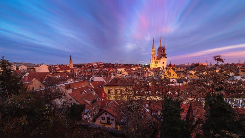 Άποψη ηλιοβασιλέματος του καθεδρικού ναού στο Ζάγκρεμπ, Κροατία στοκ εικόνα
