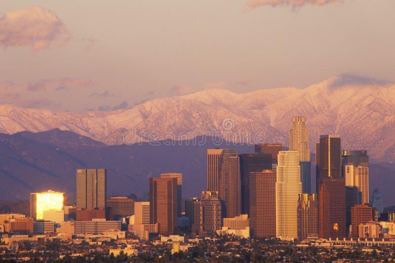 Άποψη ηλιοβασιλέματος του υποστηρίγματος Baldy και Λος Άντζελες από τους λόφους Baldwin η ημέρα μετά από μια χειμερινή θύελλα, Λο στοκ εικόνες