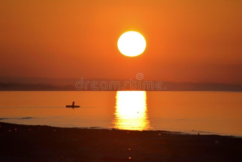 Άποψη θάλασσας και ψαράδων στο ηλιοβασίλεμα στοκ φωτογραφία