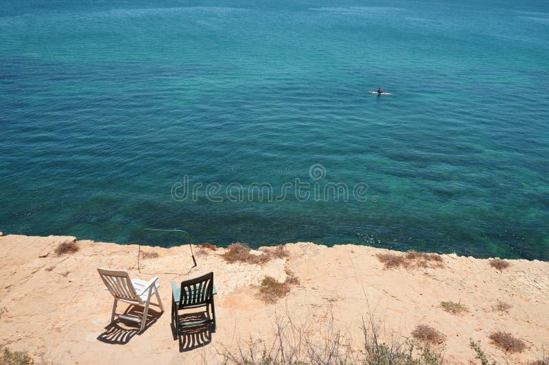 Άποψη θάλασσας με δύο κενές καρέκλες στοκ εικόνα