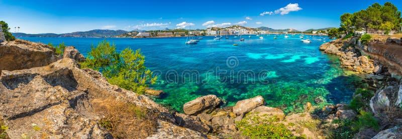 Άποψη θάλασσας πανοράματος στην ακτή του κόλπου και της παραλίας Santa Ponsa στο νησί Majorca, Ισπανία στοκ εικόνες με δικαίωμα ελεύθερης χρήσης
