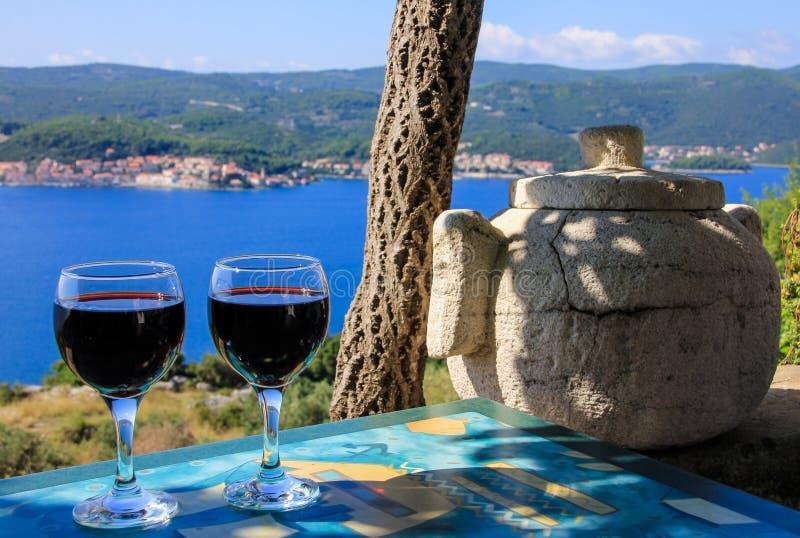 Άποψη θάλασσας κόκκινου κρασιού στοκ φωτογραφία με δικαίωμα ελεύθερης χρήσης