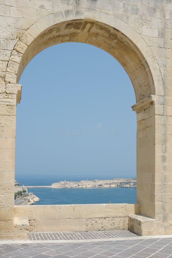 Άποψη θάλασσας μέσω μιας μεγάλης αψίδας στοκ εικόνες