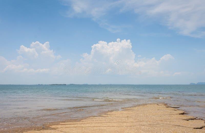 Άποψη θάλασσας παραλιών της Susan Hoi (απολιθωμένο νεκροταφείο παραλιών της Shell) σε Krabi Τ στοκ εικόνες