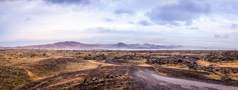 Άποψη θάλασσας των λόφων, του ουρανού και του βράχου στοκ εικόνες