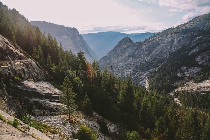 Άποψη ιχνών πτώσεων της Νεβάδας Yosemite στοκ εικόνα με δικαίωμα ελεύθερης χρήσης