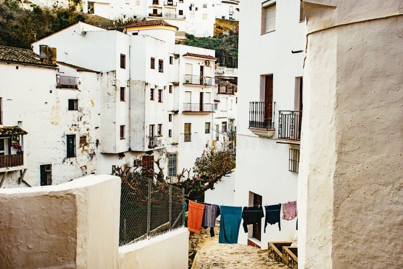 Άποψη κάτω από μια στενή οδό με την πλύση στοκ εικόνα