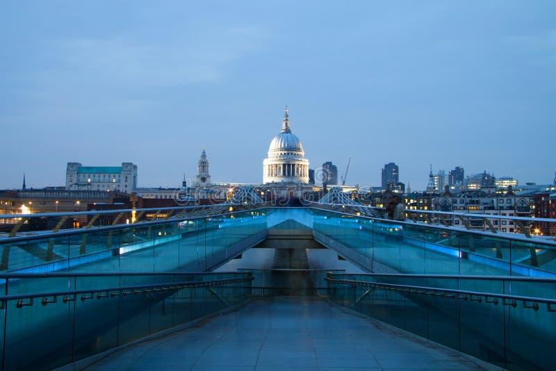 Άποψη καθεδρικών ναών του ST Pauls από τη γέφυρα χιλιετίας, Λονδίνο στοκ φωτογραφία με δικαίωμα ελεύθερης χρήσης
