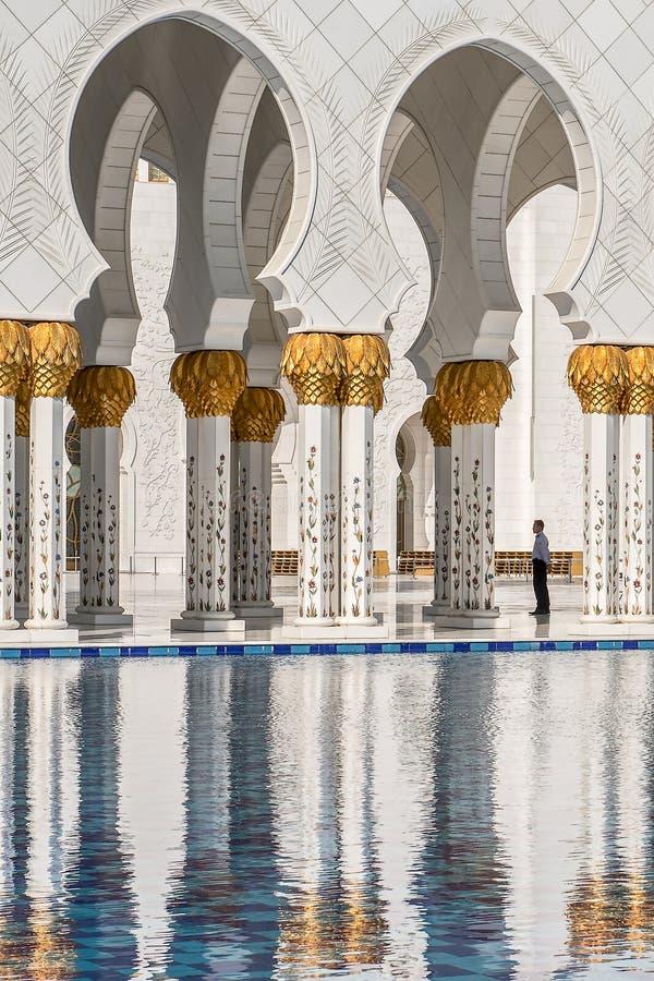 Άποψη και αντανάκλαση Arcades στο Sheikh μεγάλο μουσουλμανικό τέμενος Zayed Αμπού Νταμπί Ε.Α.Ε. στοκ εικόνα