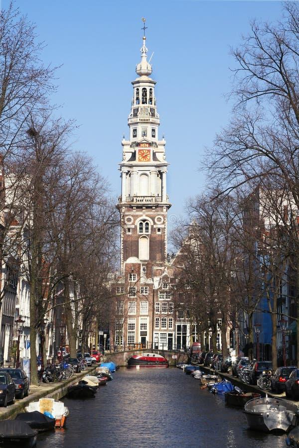 Άποψη καναλιών του Άμστερνταμ με το καμπαναριό στοκ φωτογραφίες