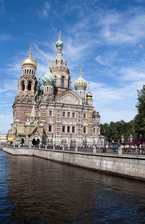 Άποψη κατά μήκος του καναλιού Griboedov στην εκκλησία του Savior στο αίμα με τους τουρίστες κατά μήκος του περιπάτου καναλιών στοκ φωτογραφίες με δικαίωμα ελεύθερης χρήσης