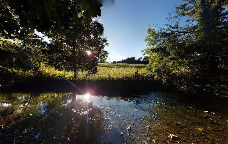Άποψη καλοκαιριού του ποταμού Alyn στη βόρεια Ουαλία στοκ φωτογραφία