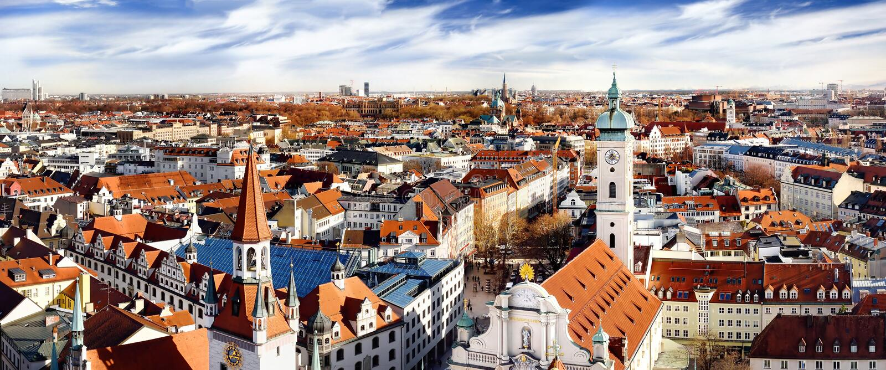 Άποψη κεντρικής πανοραμική εικονικής παράστασης πόλης του Μόναχου με το παλαιά Δημαρχείο και Heiliggeistkirche στοκ εικόνα