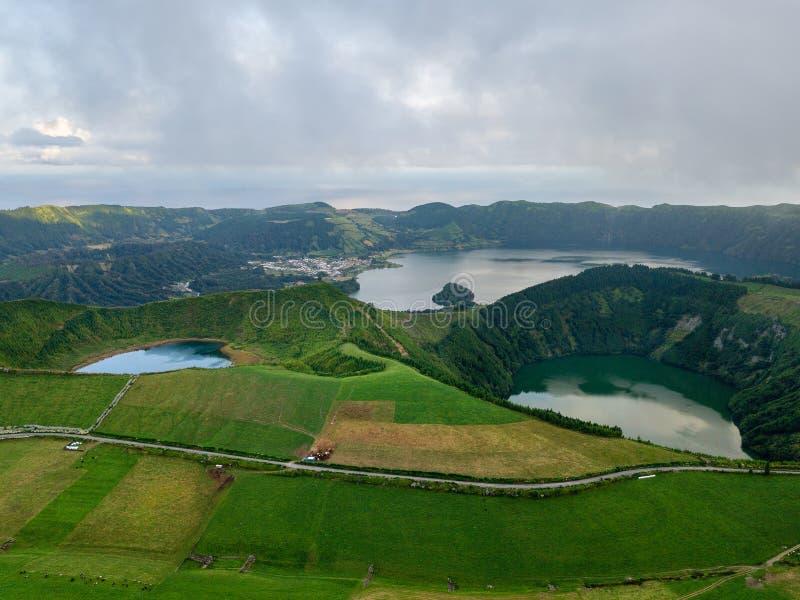 Άποψη κηφήνων της καταπληκτικής λιμνοθάλασσας Λίμνη που διαμορφώνεται από τον κρατήρα ενός παλαιού ηφαιστείου στο νησί SAN Miguel στοκ εικόνες