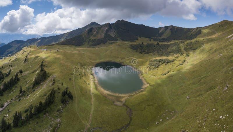 Άποψη κηφήνων των γαλλικών Άλπεων με την όμορφη λίμνη στοκ εικόνα
