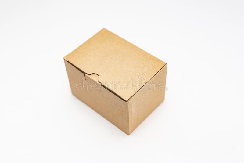 άποψη κινηματογραφήσεων σε πρώτο πλάνο ενός κουτιού από χαρτόνι πέρα από το άσπρο υπόβαθρο στοκ φωτογραφία