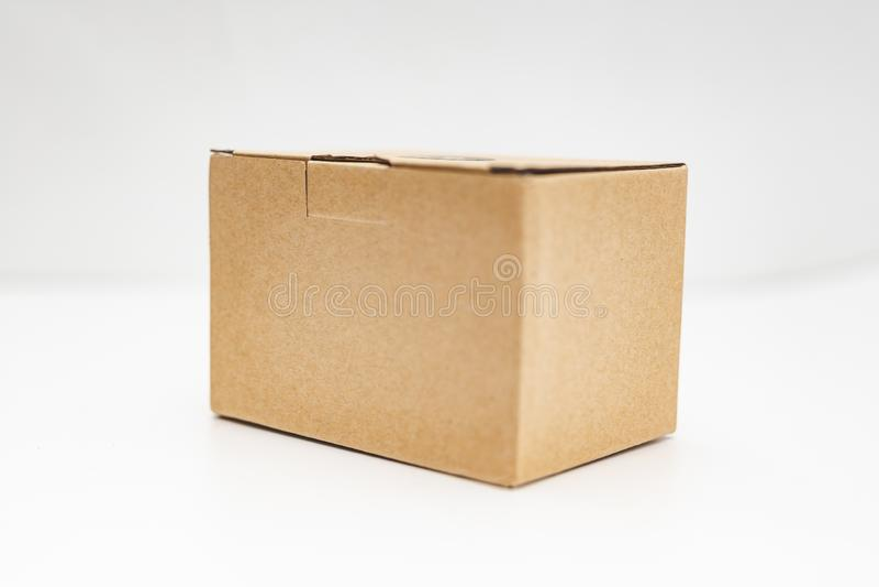 άποψη κινηματογραφήσεων σε πρώτο πλάνο ενός κουτιού από χαρτόνι πέρα από το άσπρο υπόβαθρο στοκ φωτογραφία με δικαίωμα ελεύθερης χρήσης
