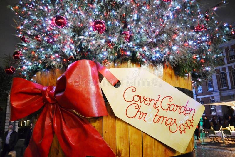 Άποψη κινηματογραφήσεων σε πρώτο πλάνο στο παραδοσιακό χριστουγεννιάτικο δέντρο του τετραγώνου κήπων Covent τή νύχτα στοκ εικόνες