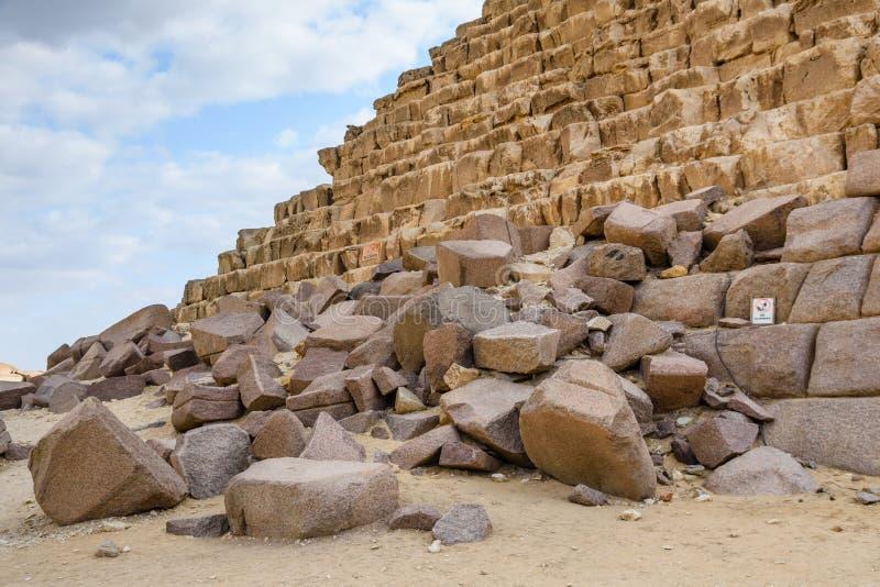 Άποψη κινηματογραφήσεων σε πρώτο πλάνο σχετικά με μια μεγάλη πυραμίδα Cheops στο οροπέδιο Giza Κάιρο, Αίγυπτος στοκ εικόνες με δικαίωμα ελεύθερης χρήσης