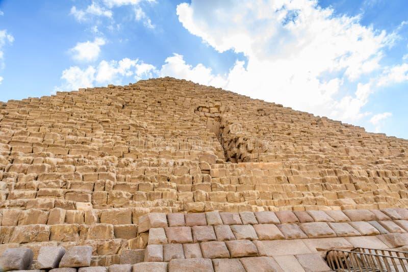 Άποψη κινηματογραφήσεων σε πρώτο πλάνο σχετικά με μια μεγάλη πυραμίδα Cheops στο οροπέδιο Giza Κάιρο, Αίγυπτος στοκ εικόνα με δικαίωμα ελεύθερης χρήσης