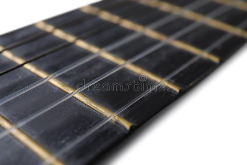 Άποψη κινηματογραφήσεων σε πρώτο πλάνο της ακουστικής κιθάρας, εστίαση σχετικά με το λαιμό στοκ φωτογραφίες
