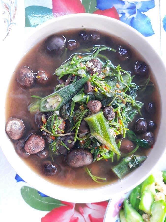 Άποψη κινηματογραφήσεων σε πρώτο πλάνο της τοπ άποψης του κάρρυ μανιταριών μανιταριών με τα πράσινα λαχανικά, ταϊλανδικά τρόφιμα στοκ φωτογραφία