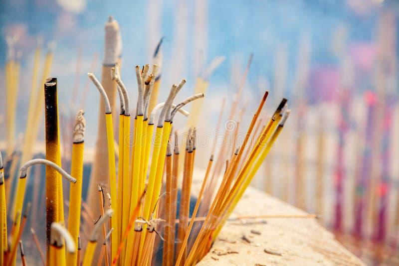 Άποψη κινηματογραφήσεων σε πρώτο πλάνο του καψίματος και του καπνίσματος των ραβδιών θυμιάματος στο βουδιστικό Po Lin μοναστήρι σ στοκ φωτογραφία