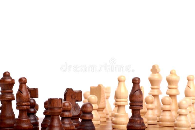 Άποψη κινηματογραφήσεων σε πρώτο πλάνο των άσπρων και μαύρων κομματιών σκακιού σε μια ξύλινη σκακιέρα στο παιχνίδι o στοκ φωτογραφία με δικαίωμα ελεύθερης χρήσης