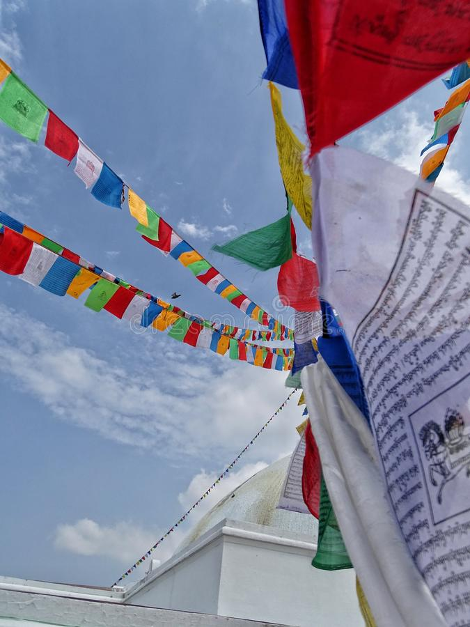 Άποψη κινηματογραφήσεων σε πρώτο πλάνο των βουδιστικών σημαιών προσευχής σε ένα βουδιστικό stupa στην πόλη του Κατμαντού, Νεπάλ στοκ φωτογραφίες