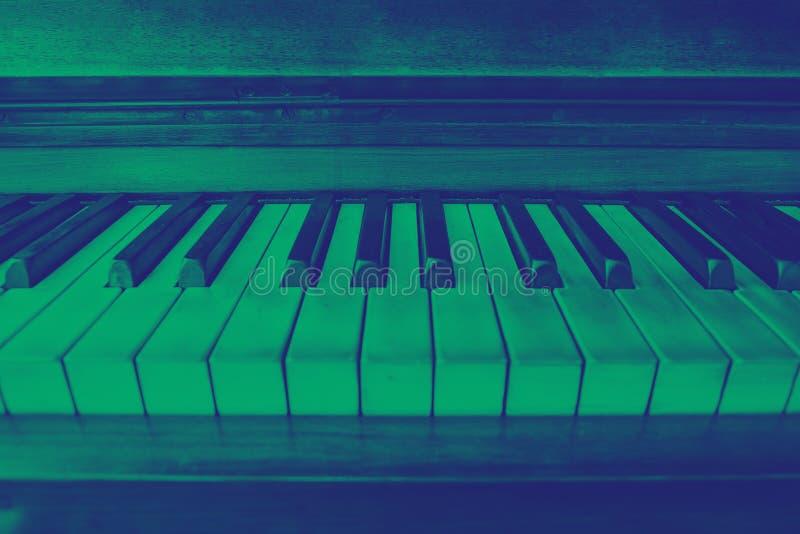 Άποψη κινηματογραφήσεων σε πρώτο πλάνο των κλειδιών ενός πιάνου στοκ φωτογραφία