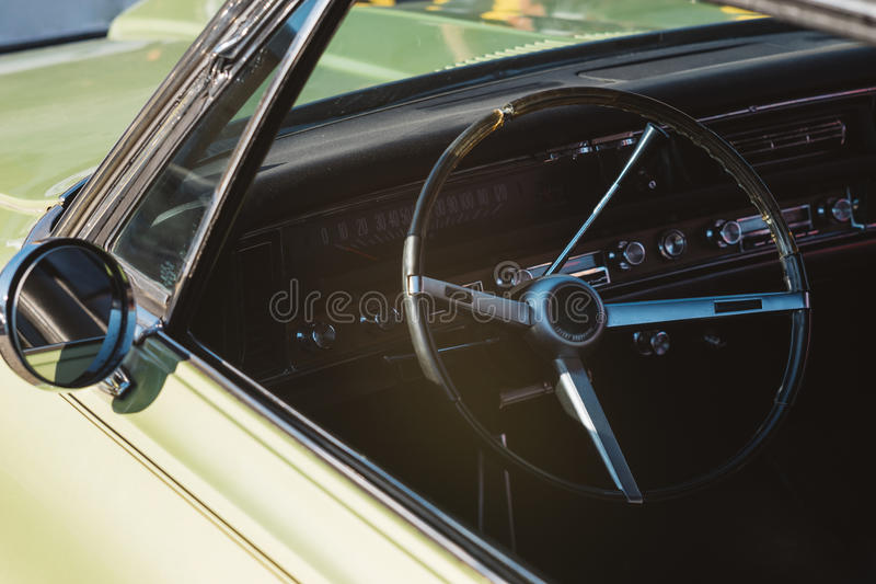 Άποψη κινηματογραφήσεων σε πρώτο πλάνο ενός κλασικού εκλεκτής ποιότητας εσωτερικού αυτοκινήτων στοκ φωτογραφίες