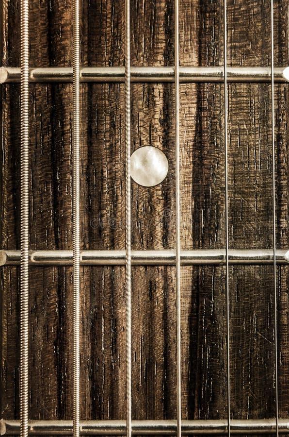 Άποψη κινηματογραφήσεων σε πρώτο πλάνο λεπτομέρειας των σειρών και των μαιάνδρων κιθάρων στοκ φωτογραφία με δικαίωμα ελεύθερης χρήσης