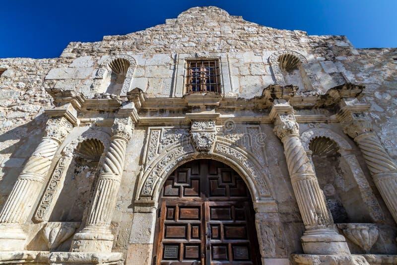 Άποψη κινηματογραφήσεων σε πρώτο πλάνο της εισόδου διάσημο Alamo, San Antonio, Τέξας.