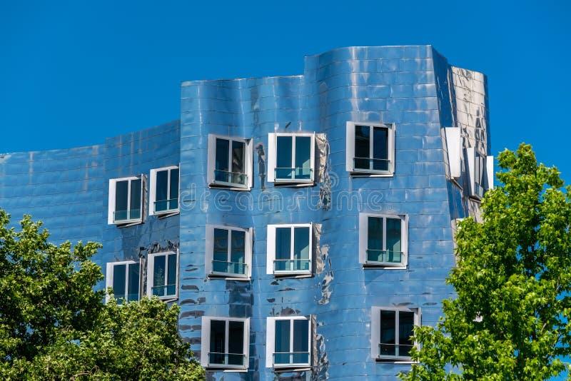 Άποψη κινηματογραφήσεων σε πρώτο πλάνο του Frank Gehry& x27 διάσημο σύγχρονο κτήριο του s σε Neuer Zollhof στο Ντίσελντορφ στοκ εικόνα