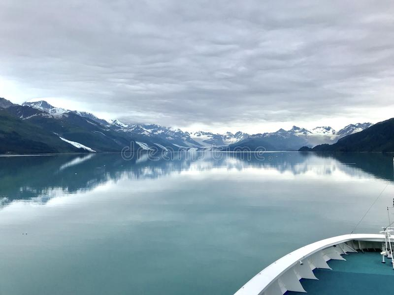 Άποψη κρουαζιερόπλοιων των παγετώνων στο φιορδ κολλεγίου στην Αλάσκα στοκ εικόνες με δικαίωμα ελεύθερης χρήσης
