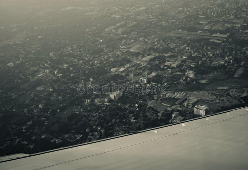 Άποψη κτηρίων πόλεων από τη μοναδική μουτζουρωμένη φωτογραφία αεροσκαφών στοκ φωτογραφία με δικαίωμα ελεύθερης χρήσης