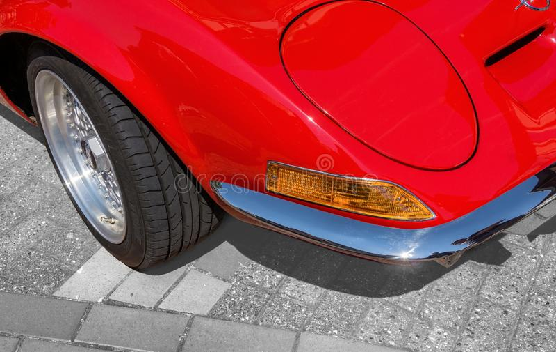 Άποψη λεπτομέρειας, από τη σωστή μπροστινή γωνία ενός κόκκινου αθλητικού αυτοκινήτου με το δίπλωμα των προβολέων, δείκτες, προφυλ στοκ εικόνες με δικαίωμα ελεύθερης χρήσης