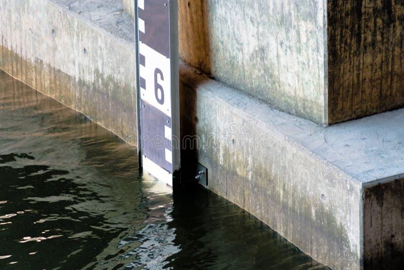 Άποψη λεπτομέρειας ενός επιπέδου για τη μέτρηση σταθμών ύδατος στο Alster στο Αμβούργο στοκ εικόνες