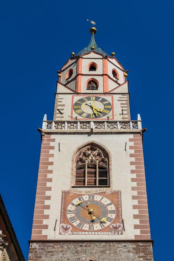 Άποψη λεπτομέρειας σχετικά με την κορυφή στεγών της κύριας καθολικής εκκλησίας, Sankt Nikolaus Stadtpfarrkirche, στο Meran Merano στοκ εικόνες με δικαίωμα ελεύθερης χρήσης