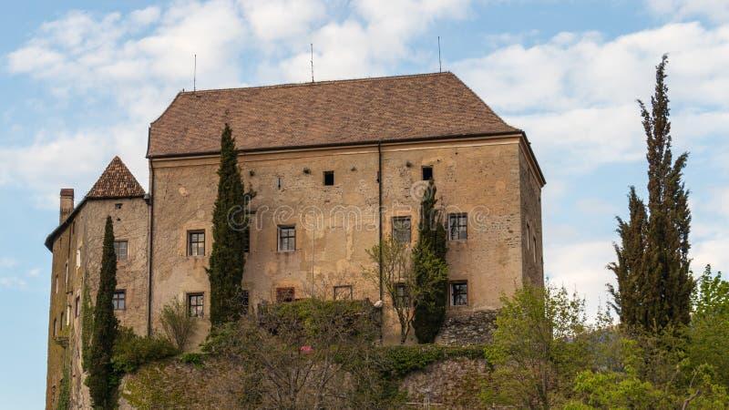 Άποψη λεπτομέρειας σχετικά με το Castle Schenna Scena κοντά στο Meran Schenna, επαρχία Μπολτζάνο, νότιο Τύρολο, Ιταλία στοκ εικόνα με δικαίωμα ελεύθερης χρήσης