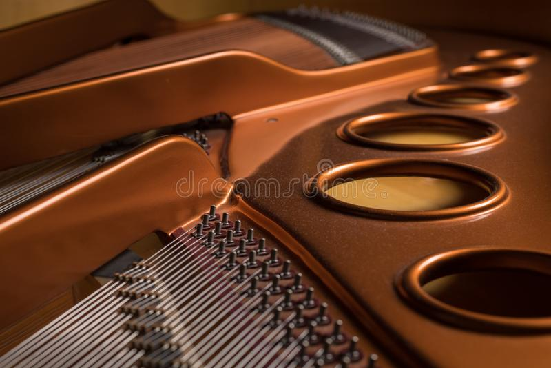 Άποψη λεπτομέρειας του εσωτερικού ενός μεγάλου πιάνου στοκ φωτογραφία με δικαίωμα ελεύθερης χρήσης