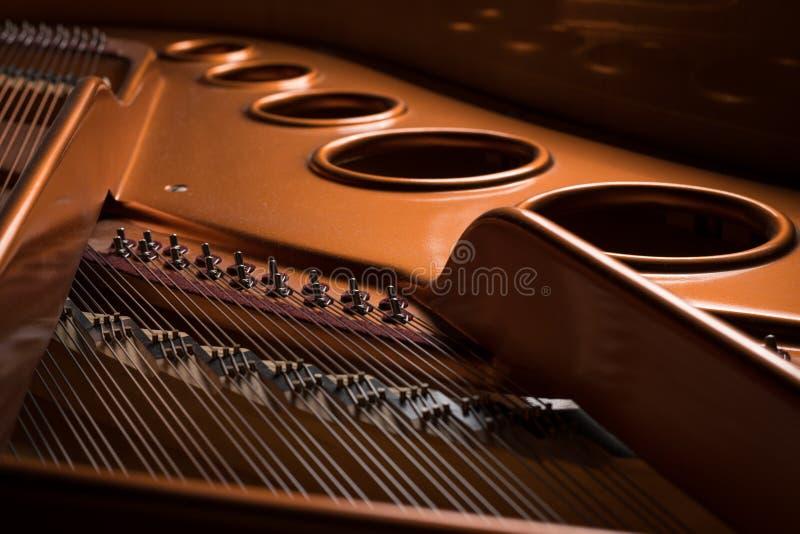Άποψη λεπτομέρειας του εσωτερικού ενός μεγάλου πιάνου στοκ εικόνες με δικαίωμα ελεύθερης χρήσης