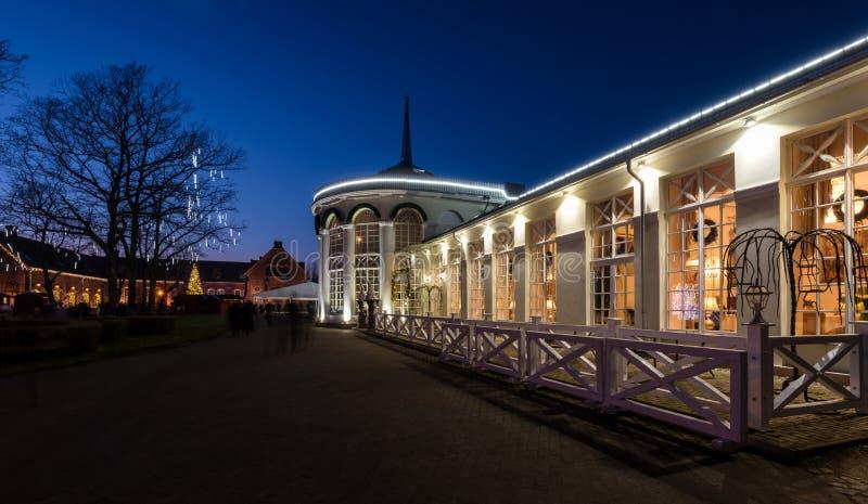 Άποψη Λιθουανία νύχτας εστιατορίων θερμοκηπίων πορτοκαλιών Raudondvaris στοκ φωτογραφία