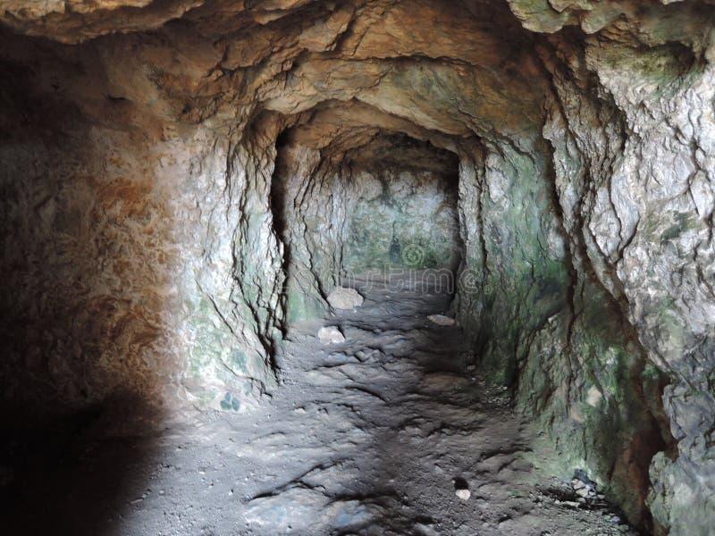 Άποψη μέσα σε μια δύσκολη σπηλιά στο φρούριο Fortezza, η ελληνική πόλη Rethymno Το Hill Paleokastro Σπηλιά στοκ φωτογραφία με δικαίωμα ελεύθερης χρήσης