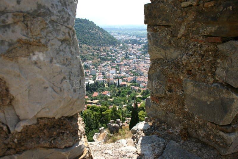 άποψη μέσω μιας θέσης μάχης μαχητών σε ένα μεσαιωνικό φρούριο στοκ φωτογραφίες
