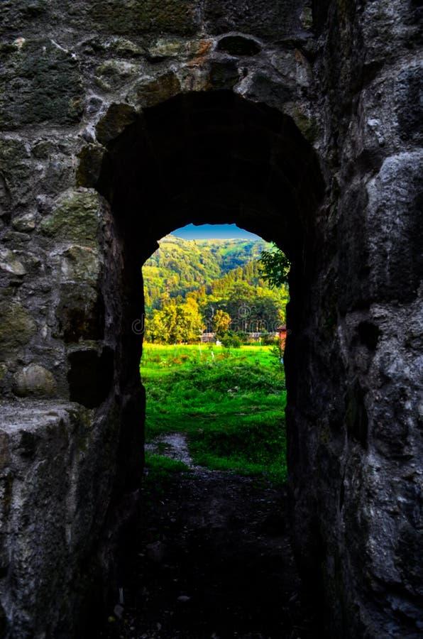 Άποψη μέσω μιας πύλης στοκ φωτογραφίες