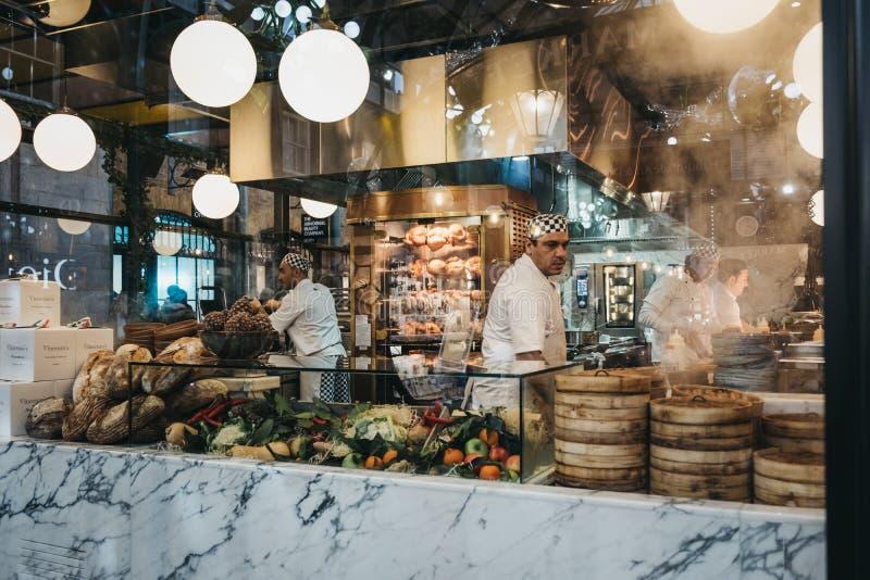 Άποψη μέσω του παραθύρου του προσωπικού μέσα στο εστιατόριο στην αγορά κήπων Covent, Λονδίνο, UK στοκ εικόνες με δικαίωμα ελεύθερης χρήσης