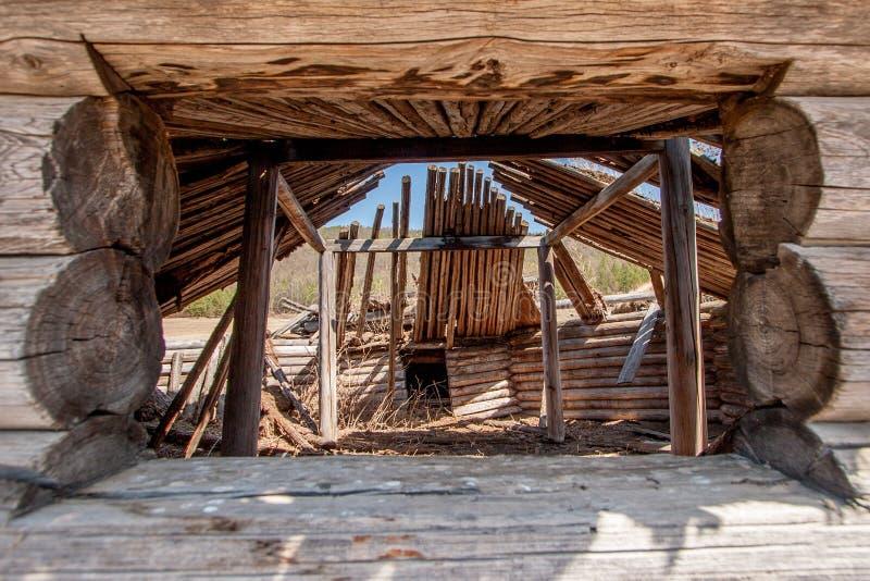 Άποψη μέσω του παραθύρου στο παλαιό ξύλινο yurt στοκ εικόνα με δικαίωμα ελεύθερης χρήσης